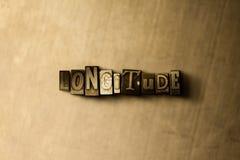 LONGITUDINE - primo piano della parola composta annata grungy sul contesto del metallo immagini stock