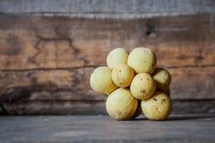 Longkong & x28; Parasiticum& x29 Lansium; , тропический плодоовощ на деревянной предпосылке Стоковая Фотография RF