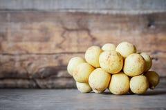 Longkong & x28 Lansium parasiticum& x29 , τροπικά φρούτα στο ξύλινο υπόβαθρο Στοκ Φωτογραφίες
