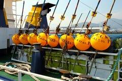 longliner渔船黄色浮体在口岸靠了码头 免版税库存图片