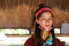 LONGNECK卡伦村庄,泰国- 12月17 2017年:年轻长的脖子女孩接近的画象有Thanaka面孔绘画的和 库存图片