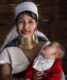 longneck部落妇女画象和她的看她的母亲面孔的婴孩在清迈锁脖子村庄,清迈,泰国 库存图片