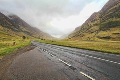 Longo caminho entre montanhas Fotos de Stock