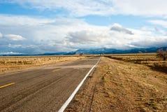 Longo caminho na tempestade de deserto Foto de Stock