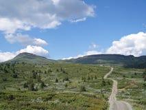 Longo caminho nas montanhas bonitas de Noruega Fotografia de Stock