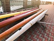 Longs bateaux de palette multi-seater de grande équipe pour des sports aquatiques sur la plage sur les tuiles en pierre images stock