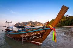 Longs bateaux thaïlandais traditionnels se tenant près du bord de la mer blanc de sable des îles de Phi Phi, Thaïlande images libres de droits