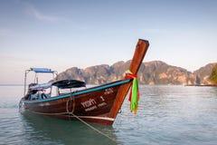 Longs bateaux thaïlandais traditionnels se tenant près du bord de la mer blanc de sable des îles de Phi Phi, Thaïlande photos libres de droits