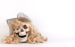 Longs cheveux blonds faisant face au crâne Photographie stock