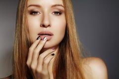 Longs cheveux de mode Belle fille blonde, Coiffure brillante droite saine Modèle de femme de beauté Coiffure douce Photo libre de droits