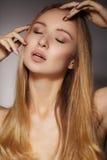 Longs cheveux de mode Belle fille blonde, Coiffure brillante droite saine Modèle de femme de beauté Coiffure douce Photos libres de droits