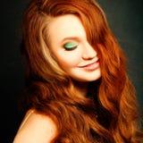 Longs cheveux rouges bouclés Verticale de femme de mode Photographie stock libre de droits