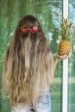 Longs cheveux, verres, ananas, cheveux image stock