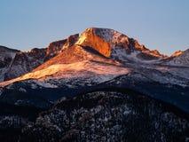Longs o pico nos primeiros raios da manhã foto de stock