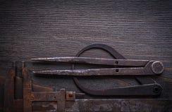 Longstanding klämmor på tappningträbakgrundskonstruktion royaltyfria bilder