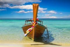 Longtail在泰国海滩的小船停车处游人的 免版税图库摄影