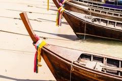 Longtail在海滩的小船弓 库存照片