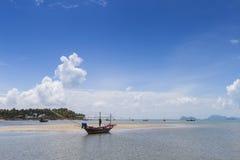 Longtail小船和美丽的海滩 酸值陶・泰国 免版税库存图片