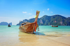 Longtail小船在清楚的天空的美丽的海 免版税图库摄影