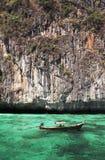 Longtail小船在绿松石水域中 免版税库存照片