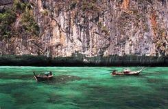 Longtail小船在绿松石水域中 库存照片