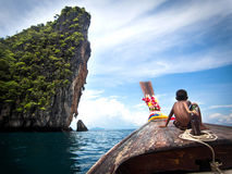 Longtail小船的在Ko发埃发埃,泰国男孩 免版税库存照片