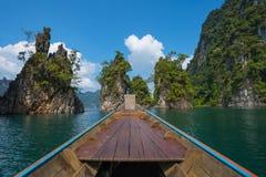 Longtail łódkowata wycieczka w Cheow Lan jeziorze, Khao Sok park narodowy, Surat Thani prowincja, Tajlandia zdjęcia stock