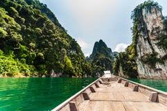 Longtail łódź przy Cheow Lan jeziorem, Tajlandia Zdjęcia Stock