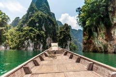 Longtail łódź przy Cheow Lan jeziorem, Tajlandia Obraz Royalty Free