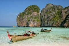Longtail łódź zakotwiczał przy majowie zatoką na Phi Phi Leh wyspie, Krabi Fotografia Stock