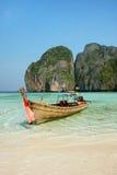 Longtail łódź zakotwiczał przy majowie zatoką na Phi Phi Leh wyspie, Krabi Obraz Stock
