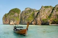 Longtail łódź zakotwiczał przy majowie zatoką na Phi Phi Leh wyspie, Krabi Zdjęcie Stock