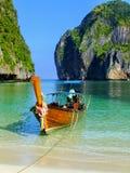 Longtail łódź zakotwiczał przy majowie zatoką na Phi Phi Leh wyspie, Krabi Obraz Royalty Free