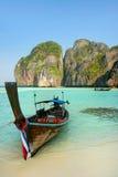 Longtail łódź zakotwiczał przy majowie zatoką na Phi Phi Leh wyspie, Krabi Zdjęcia Stock