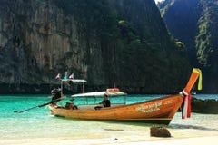Longtail łódź zakotwiczał ustronną plażą na Phi Phi Leh wyspie, Obraz Stock