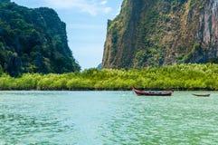 Longtail łódź zatrzymywał przed namorzynowymi drzewami, Phang nga zatoka, Obrazy Royalty Free