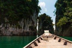 Longtail łódź zatrzymywał przy granit skałą, Cheow Lan jezioro, Tajlandia Zdjęcia Royalty Free