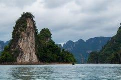 Longtail łódkowaty ścigać się przez Cheow Lan jezioro fotografia royalty free