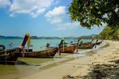 Longtail łodzie na wybrzeżu Zdjęcia Royalty Free
