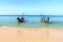 Longtail łodzie z karon plaży Phuket Thailand Obrazy Royalty Free