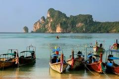 Longtail łodzie zakotwiczać przy Ao Loh Dalum plażą na Phi Phi Przywdziewają Isl Obraz Stock