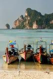 Longtail łodzie zakotwiczać przy Ao Loh Dalum plażą na Phi Phi Przywdziewają Isl Zdjęcie Royalty Free