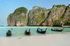 Longtail łodzie zakotwiczać przy majowiem Trzymać na dystans na Phi Phi Leh wyspie, Krabi Obrazy Stock