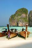 Longtail łodzie zakotwiczać przy majowiem Trzymać na dystans na Phi Phi Leh wyspie, Krabi Zdjęcia Stock