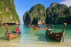 Longtail łodzie zakotwiczać przy majowiem Trzymać na dystans na Phi Phi Leh wyspie, Krabi Fotografia Stock