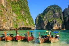 Longtail łodzie zakotwiczać przy majowiem Trzymać na dystans na Phi Phi Leh wyspie, Krabi Zdjęcia Royalty Free
