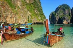 Longtail łodzie zakotwiczać przy majowiem Trzymać na dystans na Phi Phi Leh wyspie, Krabi Fotografia Royalty Free