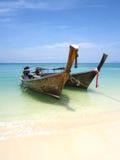 在海滩,安达曼,泰国的Longtail小船 免版税库存图片