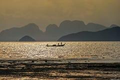 Longtail-barca durante il tramonto a Koh Yao Noi, Tailandia fotografia stock libera da diritti