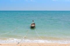 Longtail-bateau ancré sur la plage avec la corde Photos stock